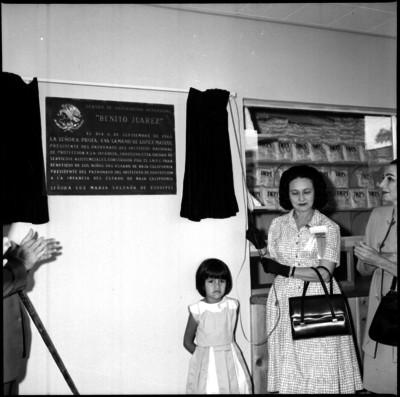 Eva Sámano en la develación de la placa del Centro de Orientación Nutricional Benito Juárez en Baja California