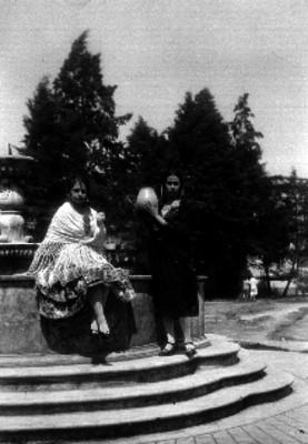 Mujeres con trajes regionales junto a una fuente, retrato