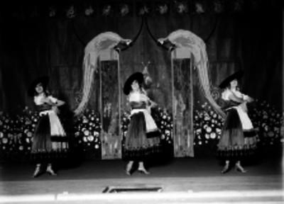 Actrices durante una escena de folclore en un teatro
