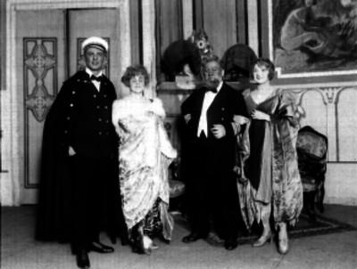 Actores durante una escena de teatro