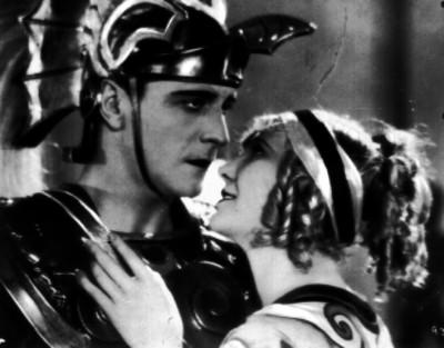 Maria Corda y Ricardo Cortez en la escena de una película romántica