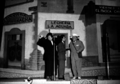Eduardo Arozamena y otros actores en una escena de teatro