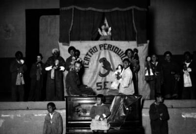 Actores del teatro periquillo en el escenario, retrato de grupo