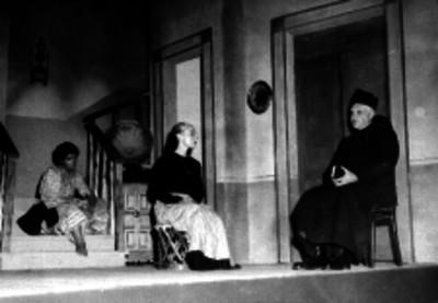 Actores durante una escena teatral en la figura un pánoro