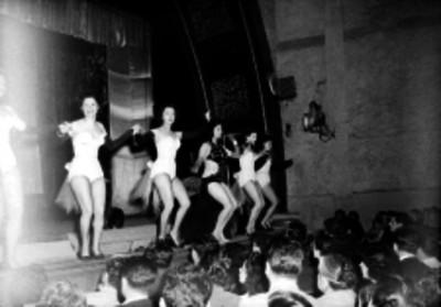 Bailarinas durante su espectáculo en un teatro