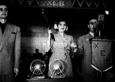 Federico Baena ante los micrófonos de la XEB durante un sorteo