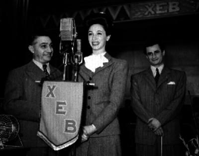 Mujer hablando ante los micrófonos de la XEB
