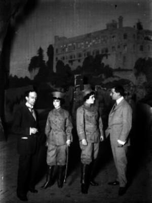 Mimí Derba y actores durante un ensayo teatral