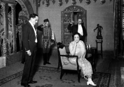 Virginia Fábregas y actores en una escena teatral