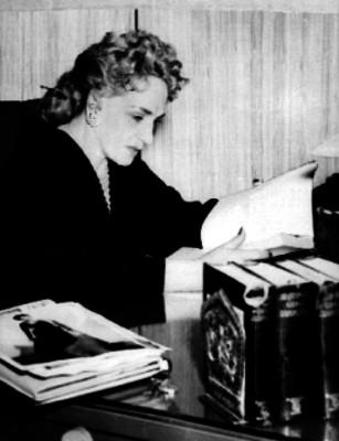 María Tereza Montoya leyendo un libro