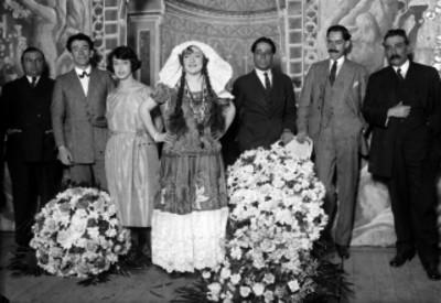 Celia Montalván y actores en el escenario de un teatro