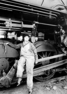 Celia Montalván sentada sobre un vagón de ferrocarril, retrato