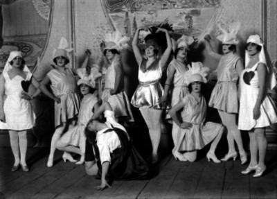 Celia Montalván acompañada de bailarinas