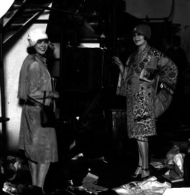 Celia Montalván acompañada de otra mujer en la imprenta de un periódico, retrato
