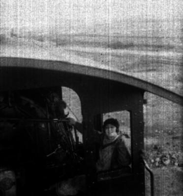 Celia Montalván en el interior de una locomotora