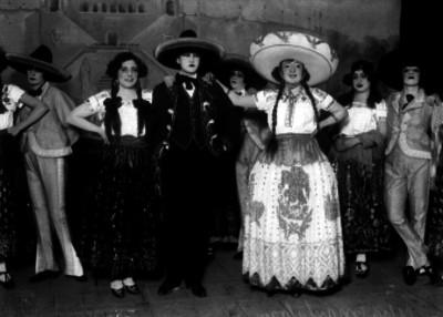 Celia Montalván y actores, vestidos de charros