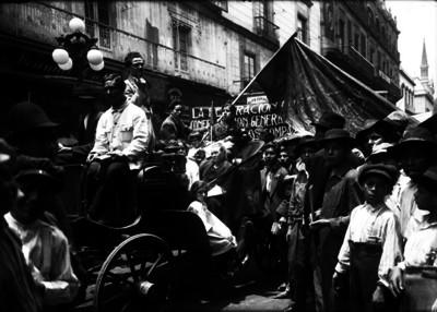 Obreros transitan por calle durante una manifestación