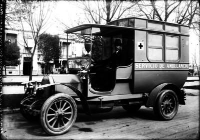 Hombre en interior de una ambulancia de la Cruz Roja