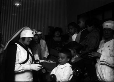Personal de la Cruz Roja entrega juguetes a niños