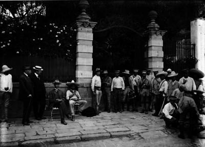Revolucionarios hacen guardia en la casa que ocupó Rafael Buelna, perteneciente a Tomás Braniff