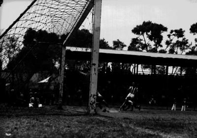 Jugada de gol dentro del área chica durante el partido España contra Necaxa