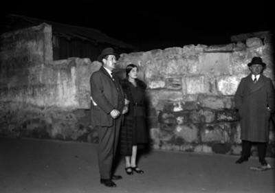 Tina Modotti y dos hombres cerca del lugar donde fue asesinado el revolucionario cubano Julio Antonio Mella