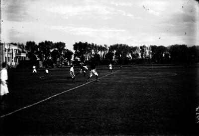 Jugadores del Marte y equipo contrario se disputan el balón en medio campo