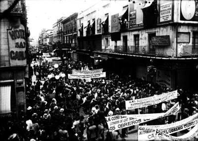 Manifestación obrera desfila por la calle 3a de Bolívar