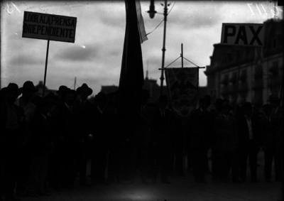 Manifestantes en la Avenida Juárez participan en desfile cívico-pro-paz
