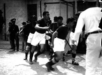 Futbolistas de la selección cubana entran a la cnacha del Campo Asturias