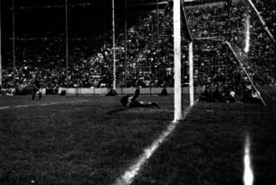 Portero atrapa un tiro durante una jugada en el partido Atlante contra Independiente