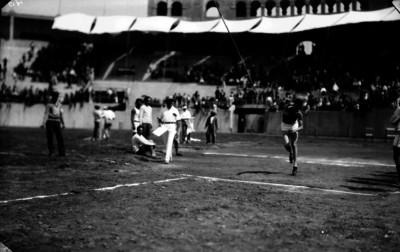 Atleta lanza jabalina durante una competencia en el Estadio Nacional