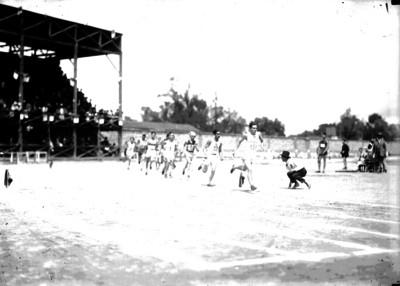 Atletas corren durante competencia deportiva durante los Juegos Interescolares en el Parque Unión