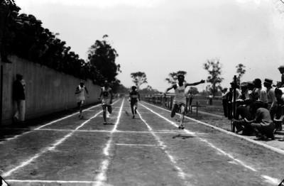 Competencia de atletismo en el Estadio Nacional