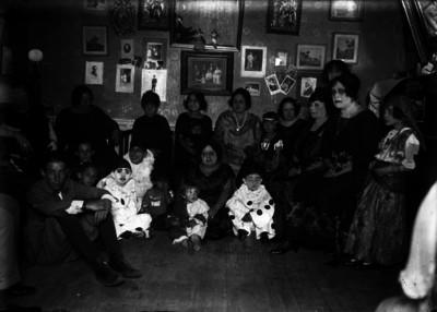 Personas durante fiesta infantil, retrato de grupo