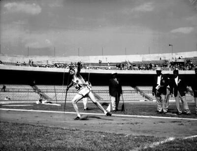 Atleta lanza jabalina durante una competencia en Ciudad Universitaria