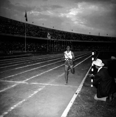 Atleta mexicano llega a la meta durante una competencia
