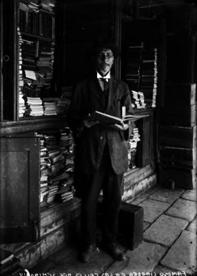 Famoso librero en las calles del Seminario
