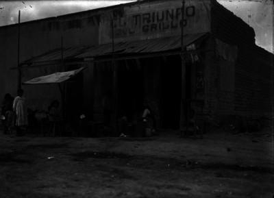 """Vendedoras de comida afuera de la pulqueria """"El Triunfo del Grillo"""""""