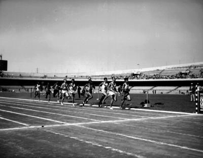 Atletas corren durante una competencia en los Segundos Juegos Panamericanos en Ciudad Universitaria