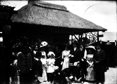 "Familia frente a stand de la ""Cía. Cervecera Toluca y México S.A."", retrato"