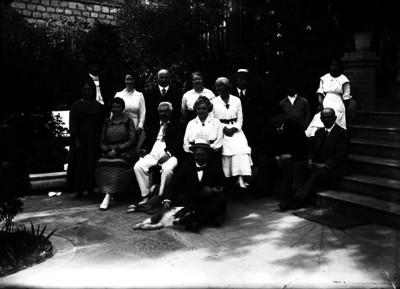 Familia es retratada en el patio y la escalinata de una casa