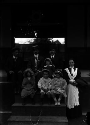 """""""Gutiérrez Peláez"""" con miembros de su familia, retrato"""