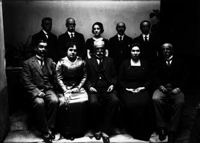 Empresarios con miembros de su familia, retrato de grupo