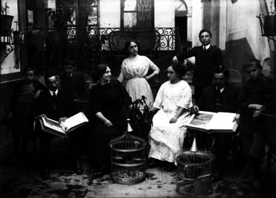 Familia en el patio de una casa, retrato