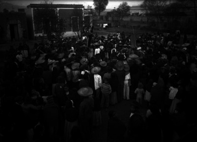 Campesinos durante celebración popular en una plaza de Mixcoac