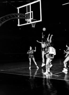 Basquetbolistas Chilenas y Estadounidenses disputan balón al aire durante encuentro en el Auditorio Nacional