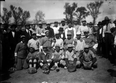 Jugadores y empresarios del equipo de beisbol Tabacalera, retrato de grupo