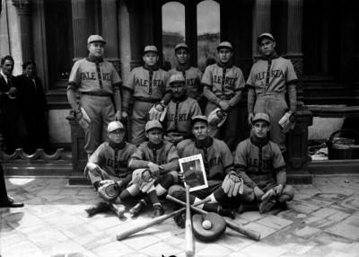 Equipo de beisbol alerta, retrato de grupo