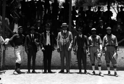 Beisbolistas y hombres, retrato de grupo